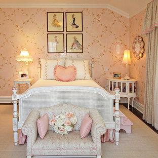 Foto på ett shabby chic-inspirerat flickrum kombinerat med sovrum och för 4-10-åringar, med rosa väggar och mörkt trägolv