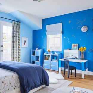 Foto de dormitorio infantil de 4 a 10 años, costero, con paredes azules, suelo de madera clara y suelo beige