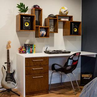 Idéer för att renovera ett mellanstort funkis barnrum kombinerat med sovrum, med ljust trägolv, svarta väggar och orange golv
