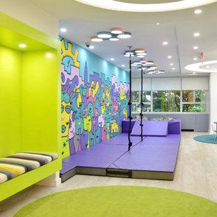 Immagine di una cameretta per bambini da 4 a 10 anni minimalista di medie dimensioni con pareti bianche, pavimento in laminato e pavimento grigio