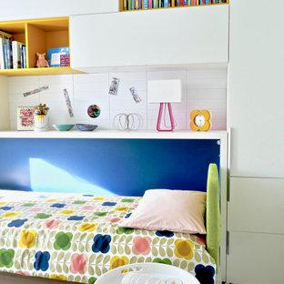 Inspiration för små moderna flickrum kombinerat med sovrum och för 4-10-åringar, med vita väggar, heltäckningsmatta och flerfärgat golv