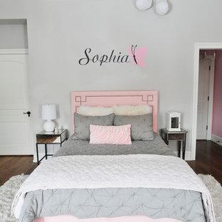 Idéer för att renovera ett mellanstort shabby chic-inspirerat barnrum kombinerat med sovrum, med grå väggar, ljust trägolv och brunt golv