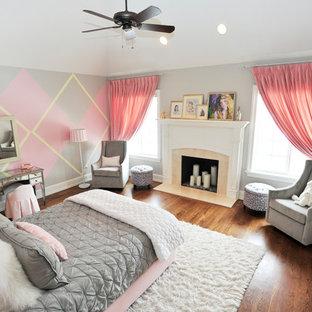 Shabby chic-inspirerad inredning av ett mellanstort barnrum kombinerat med sovrum, med grå väggar, ljust trägolv och brunt golv
