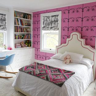 Idéer för att renovera ett mellanstort funkis flickrum kombinerat med sovrum och för 4-10-åringar, med rosa väggar, heltäckningsmatta och beiget golv