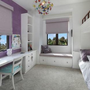 Maritim inredning av ett flickrum kombinerat med sovrum och för 4-10-åringar, med heltäckningsmatta, grått golv och lila väggar