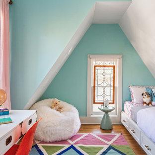 Esempio di una cameretta per bambini tradizionale con pareti blu, pavimento in legno massello medio, pavimento marrone e soffitto a volta