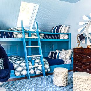 Idee per una cameretta per bambini stile marinaro di medie dimensioni con pareti blu e parquet scuro