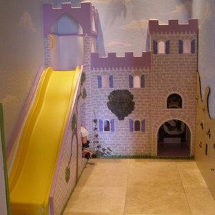 Inredning av ett klassiskt mellanstort könsneutralt barnrum kombinerat med lekrum och för 4-10-åringar, med travertin golv