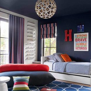 Inspiration för moderna barnrum kombinerat med sovrum, med blå väggar och ljust trägolv