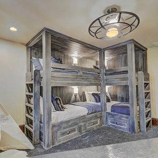 Ispirazione per una grande cameretta per bambini stile rurale con pareti beige e moquette