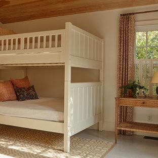 Esempio di una cameretta per bambini da 4 a 10 anni costiera di medie dimensioni con pareti beige e pavimento in cemento
