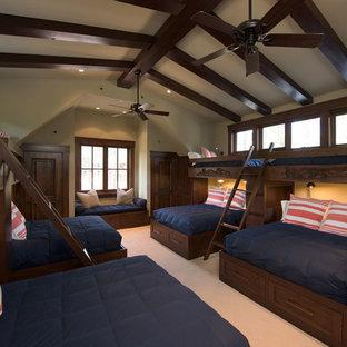 Idee per un'ampia cameretta per bambini tradizionale con pareti beige, moquette e pavimento beige