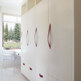 Foto di una cameretta per bambini da 4 a 10 anni classica di medie dimensioni con moquette, pavimento bianco e pareti bianche