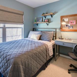 Foto di una piccola cameretta per bambini chic con pareti blu, moquette e pavimento beige