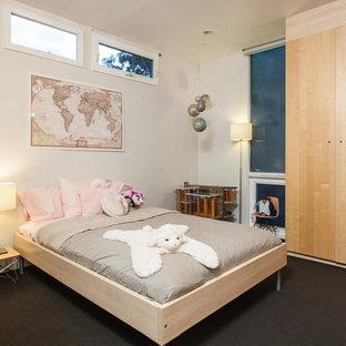 Foto de dormitorio infantil de 4 a 10 años, minimalista, con paredes beige, moqueta y suelo negro