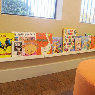 Idée de décoration pour une chambre d'enfant de 4 à 10 ans design avec un sol en liège.