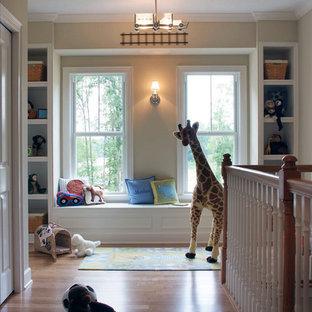 Idee per una cameretta per bambini da 1 a 3 anni chic di medie dimensioni con pareti beige, parquet scuro e pavimento marrone