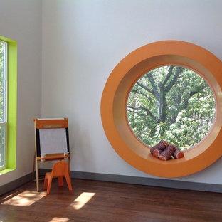 Inspiration pour une chambre d'enfant vintage de taille moyenne avec un sol en bambou et un mur blanc.