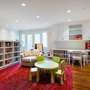 Diseño de dormitorio infantil de 4 a 10 años, tradicional renovado, grande, con paredes grises y suelo de madera en tonos medios