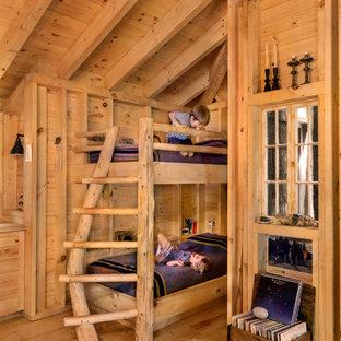 Idées déco pour une chambre neutre de 4 à 10 ans montagne avec un mur marron, un sol en bois brun et un sol marron.