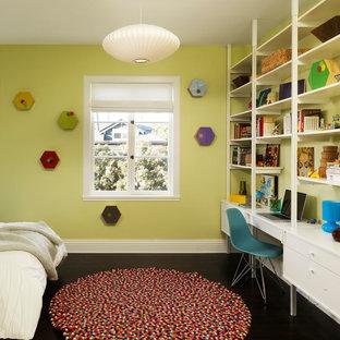 Imagen de dormitorio infantil contemporáneo con escritorio, suelo de madera oscura y paredes verdes