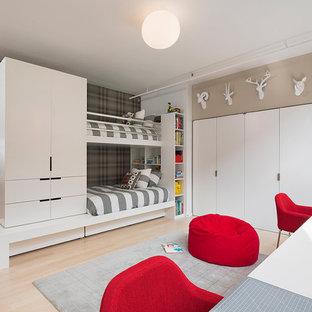 Diseño de dormitorio infantil minimalista con suelo de madera clara y paredes multicolor