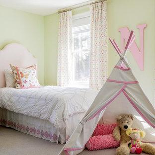 Ejemplo de dormitorio infantil de 4 a 10 años, clásico renovado, de tamaño medio, con paredes amarillas, moqueta y suelo beige