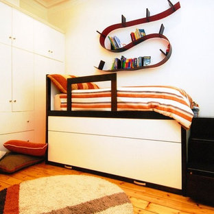 Idéer för små vintage pojkrum kombinerat med sovrum och för 4-10-åringar, med vita väggar och kalkstensgolv