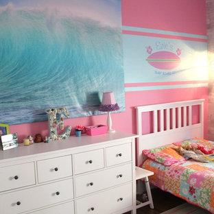 Ispirazione per una cameretta per bambini da 4 a 10 anni costiera di medie dimensioni con pareti rosa e pavimento in legno massello medio