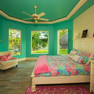 Foto di una cameretta per bambini mediterranea di medie dimensioni con pareti multicolore e parquet chiaro