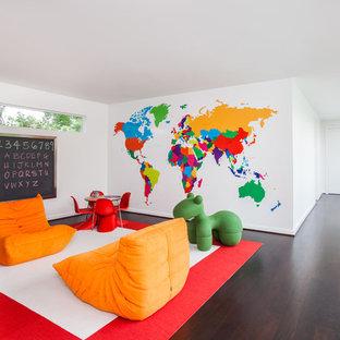 Idéer för ett stort modernt könsneutralt barnrum kombinerat med skrivbord och för 4-10-åringar, med vita väggar och mörkt trägolv
