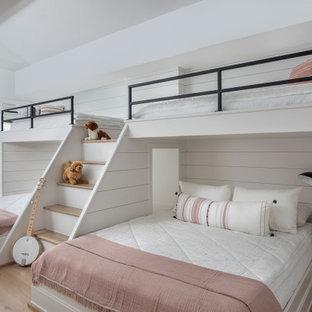 Идея дизайна: огромная нейтральная детская в стиле современная классика с спальным местом, белыми стенами, светлым паркетным полом, коричневым полом, сводчатым потолком и стенами из вагонки