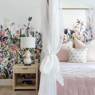 Idee per un'ampia cameretta per bambini da 4 a 10 anni classica con pareti multicolore, moquette, pavimento grigio e carta da parati