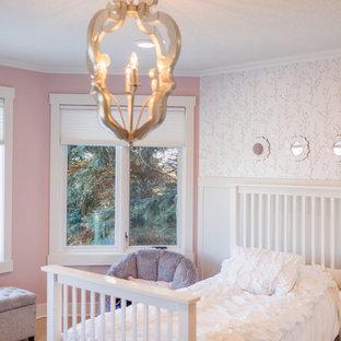 Esempio di una cameretta da bambina da 4 a 10 anni classica di medie dimensioni con pareti rosa, pavimento in travertino e pavimento beige