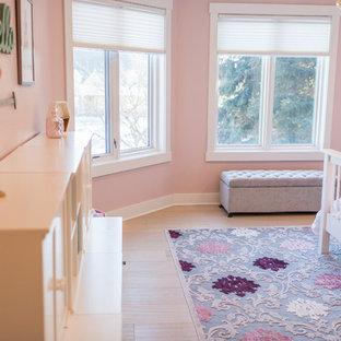 Idées déco pour une chambre de fille de 4 à 10 ans classique de taille moyenne avec un mur rose, un sol en travertin et un sol beige.