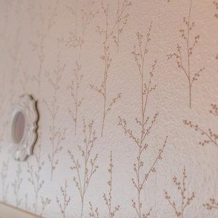 Inspiration för ett mellanstort vintage flickrum för 4-10-åringar, med rosa väggar, travertin golv och beiget golv