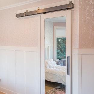 Réalisation d'une chambre de fille de 4 à 10 ans tradition de taille moyenne avec un mur rose, un sol en travertin et un sol beige.
