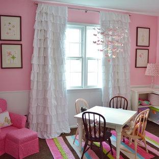 Esempio di una cameretta per bambini da 1 a 3 anni classica di medie dimensioni con pareti rosa e parquet scuro