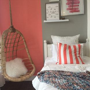 Ispirazione per una piccola cameretta per bambini contemporanea con pareti rosa e pavimento in gres porcellanato