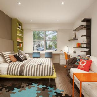 Immagine di una cameretta per bambini minimalista con pareti multicolore