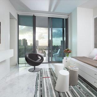 Immagine di una stanza dei giochi design di medie dimensioni con pareti bianche e pavimento in marmo