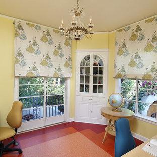 60 tals inredning av ett mellanstort flickrum kombinerat med skrivbord och för 4-10-åringar, med gula väggar, linoleumgolv och orange golv