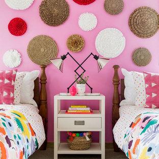 Immagine di una cameretta da bambina eclettica con pareti rosa, moquette e pavimento grigio