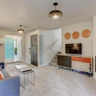 Exemple d'une chambre d'enfant rétro de taille moyenne avec un mur blanc, moquette et un sol gris.