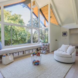 Esempio di una cameretta per bambini minimalista con pareti bianche, parquet chiaro e pavimento beige