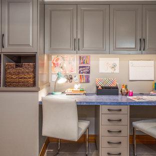 Foto de habitación infantil unisex clásica con suelo de baldosas de porcelana, suelo beige, escritorio y paredes beige