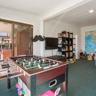 Foto di una cameretta per bambini da 4 a 10 anni minimalista di medie dimensioni con pareti bianche, moquette e pavimento verde