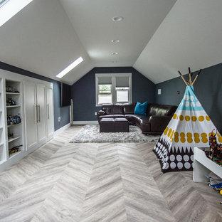 Diseño de cuarto de juegos moderno, grande, con paredes azules, suelo vinílico y suelo multicolor