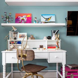 Eklektisk inredning av ett mellanstort barnrum kombinerat med sovrum, med flerfärgade väggar, heltäckningsmatta och flerfärgat golv