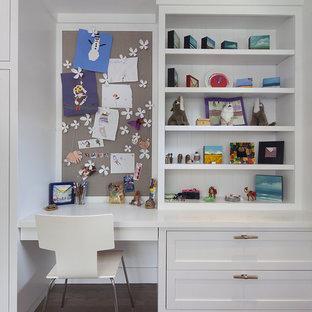 Foto di una cameretta per bambini minimal con pareti bianche e parquet scuro